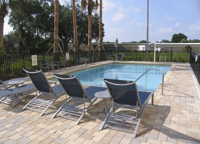Holiday Inn Express & Suites Largo- Outdoor Pool Sitting Area, Ларго