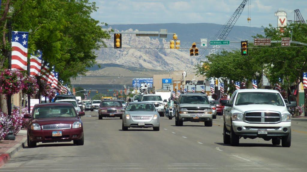 Vernal Main street looking East from Vernal Avenue, Вернал