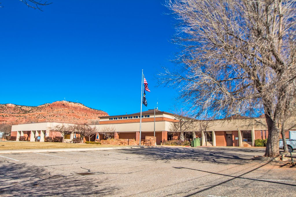 Viewing east-north-easterly at the City of Kanab Administrative Building (houses the Kane Co. Courthouse). 76 N. Main St., Kanab, Utah, Канаб