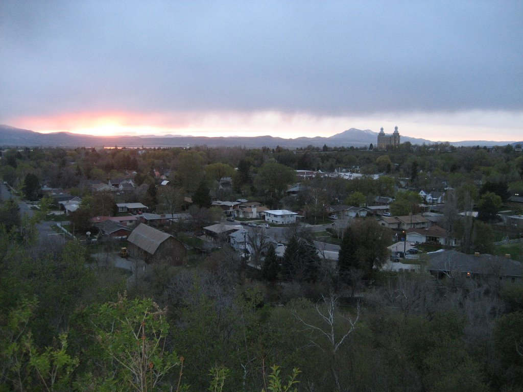 Logan Temple from River Heights Bench Sunset, Логан