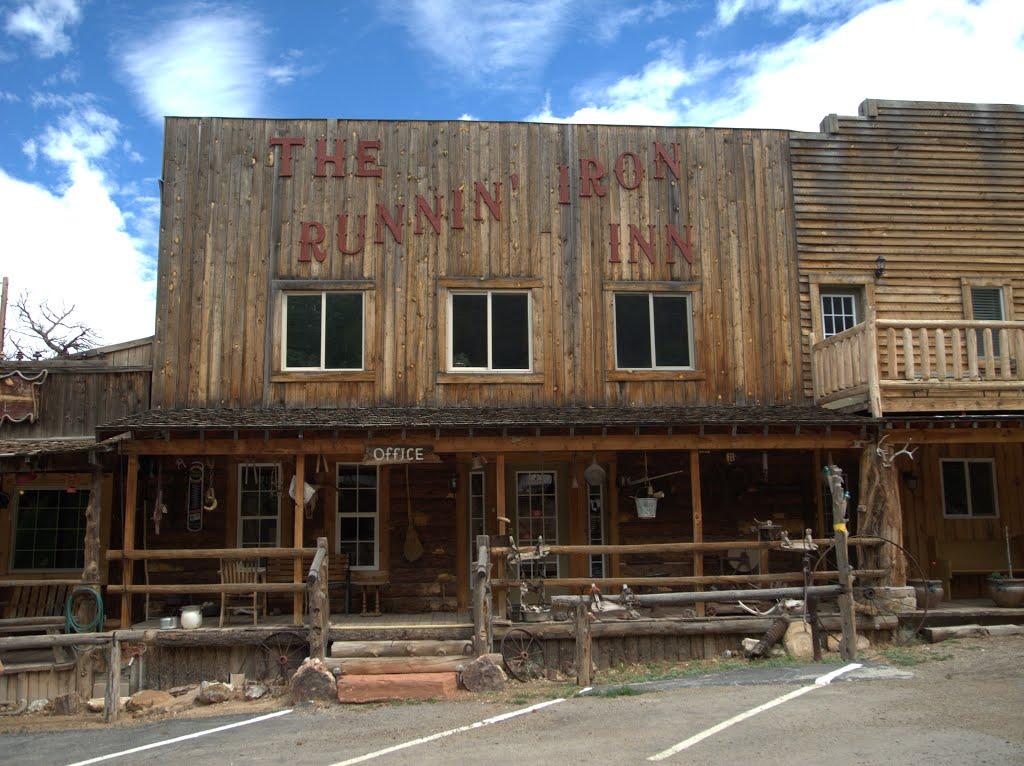 """nach Bluff, kam Blanding, dann kam Montecelli, und kurz dahinter kommt the """"Runnin Iron In""""der abgedrehteste RV Platz im südwesten... und wir ganz allein, Route 66 ist auch einducksvoll... aber hier liegt der Wahre  Wilde Westen..., Монтичелло"""