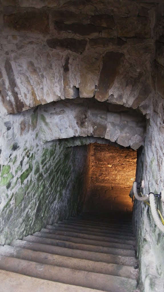 descending to the cell for the 20 Pendle witches (5 months in total darkness) 1612, Ланкастер