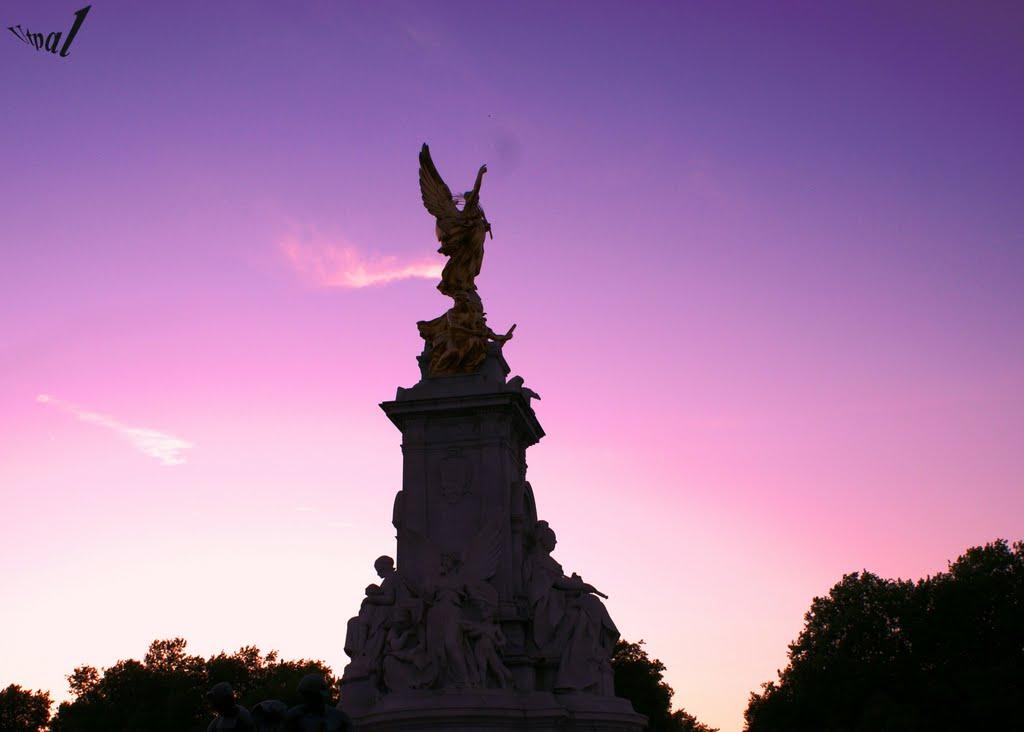 Outside Buckingham Palace, Лондон