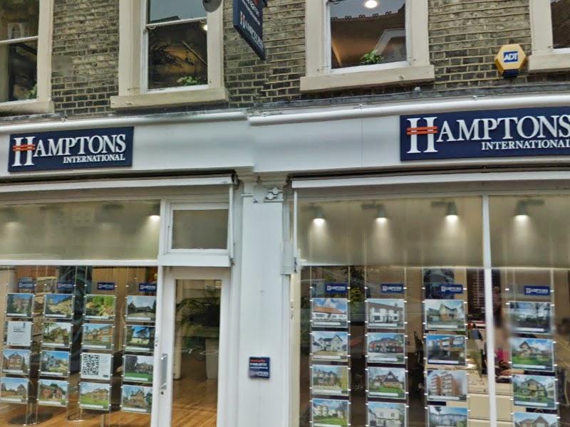 Infront of Hamptons International property to rent on 11-13 Queen Street in Maidenhead, Майденхед