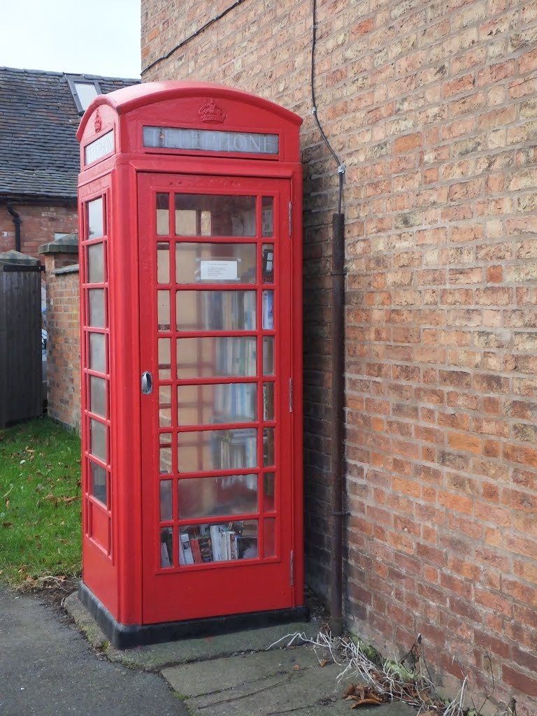 The Telephone Box book store, Opposite The Cock Inn at Sheppy, Witherley, Leicestershire, UK., Макклесфилд