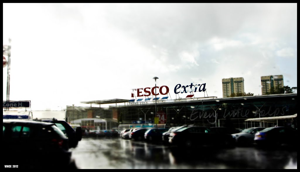 Tesco on a wet day, Стокпорт