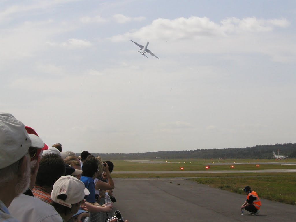 A-340 Take-Off at the Farnborough Air Show, Фарнборо