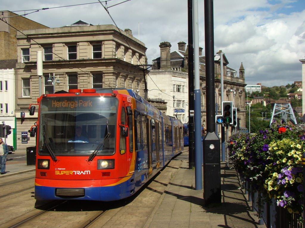 Supertram on Commercial Street, Sheffield S1, Шеффилд