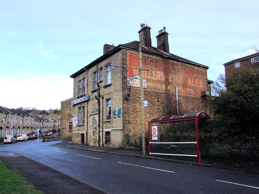 Old painted sign on The New Vic pub, Bolton Woods, Шипли
