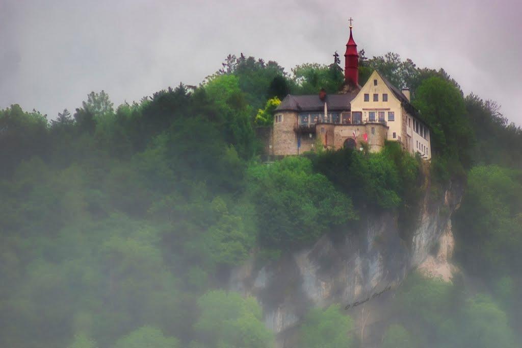 Der Gebhardsberg, ein märchenhafter Burghof im Nebel., Брегенц