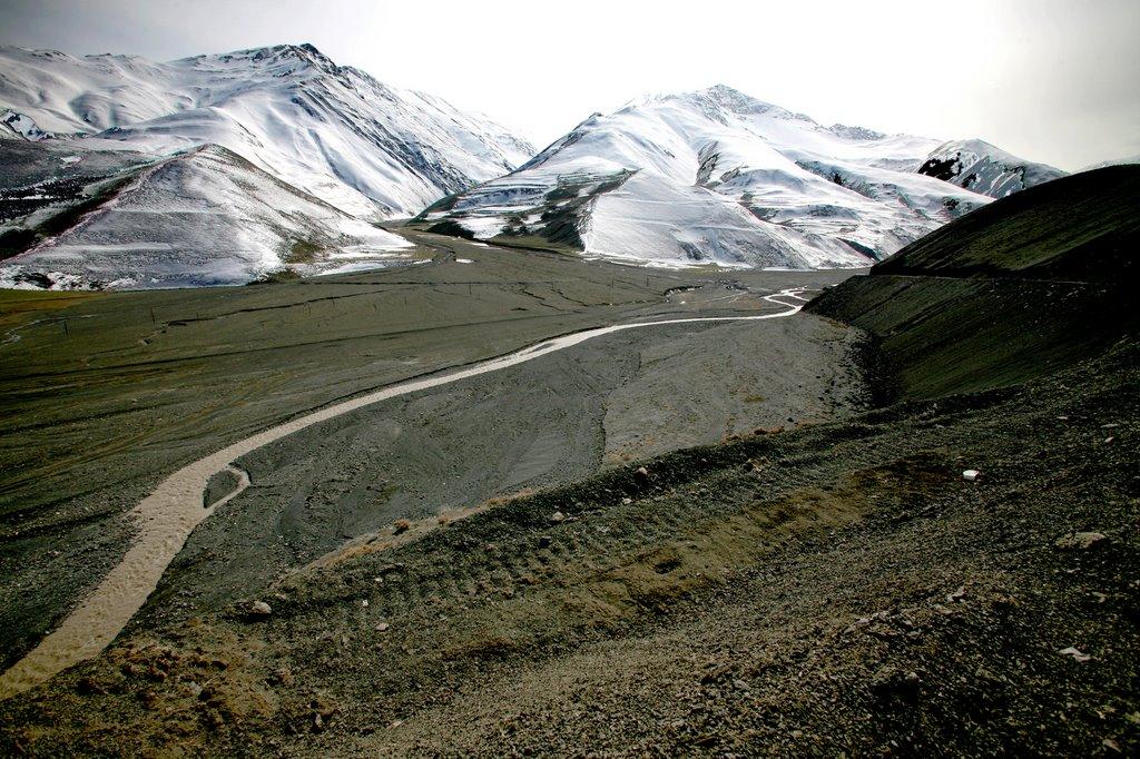 La route vers Xinaliq en avril, Казах