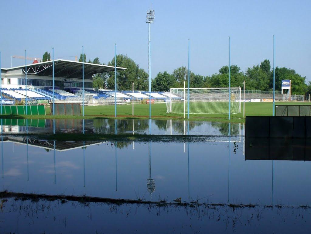 201008010919 Kecskemét, a Széktói stadion, az éjszakai felhőszakadás után, Кечкемет