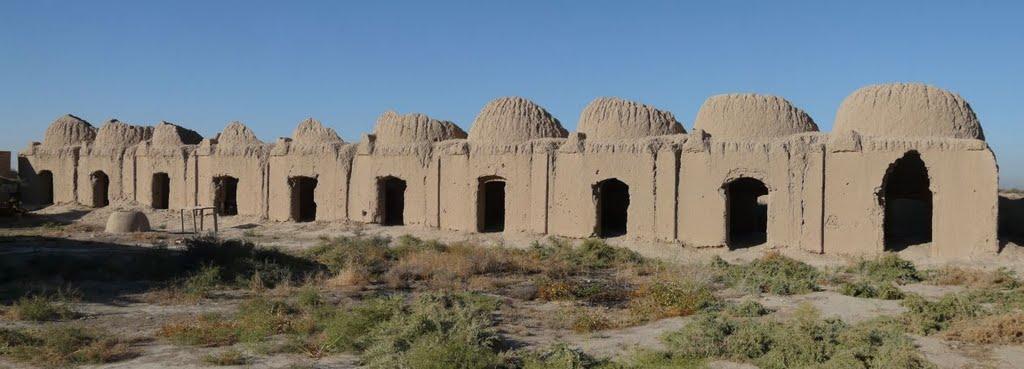 Развалины старого медресе недалеко от Иолотани, Захмет