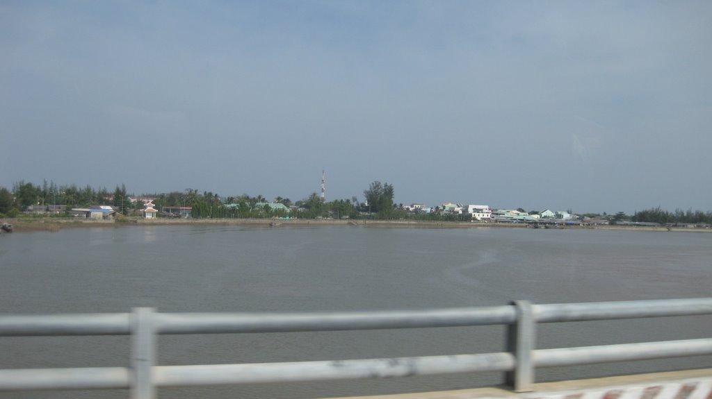 Thị trấn Duyên Hải nhìn từ Cầu Long Toàn, Пхан-Тхит