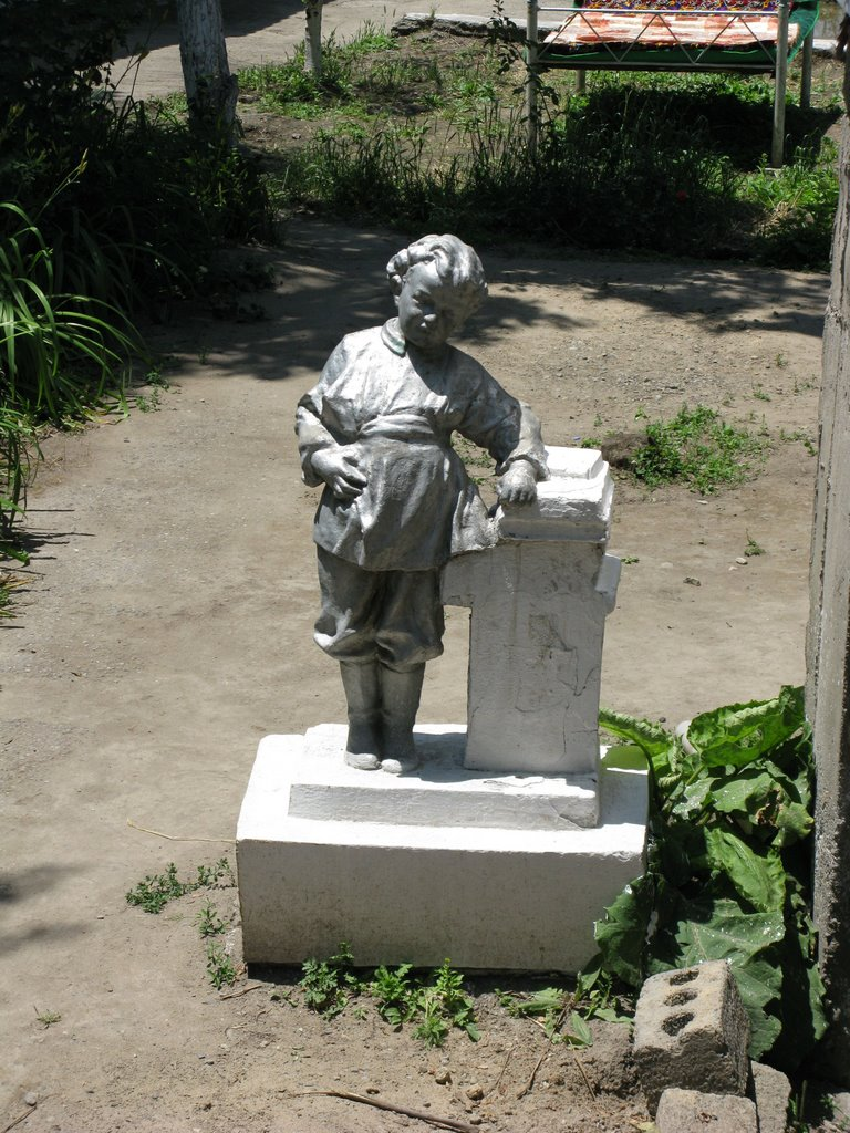 Osh, young Lenin sculpture (in the past kindergarten, now chaikhana), Алтынкуль