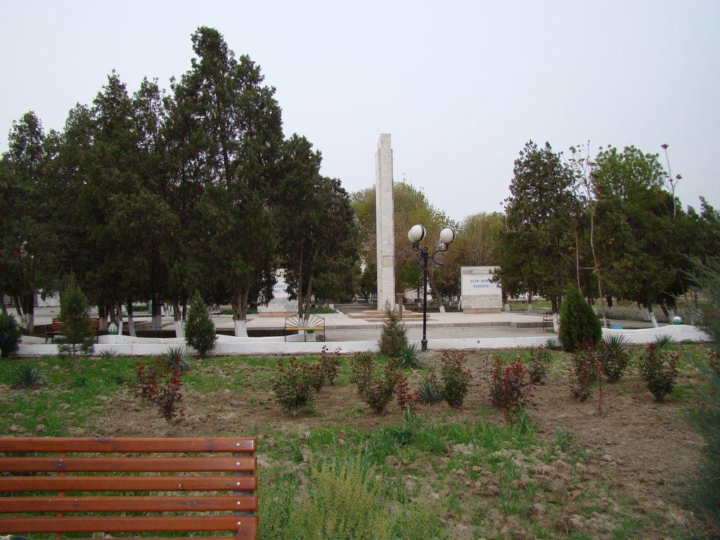 Стелла воинам-красноармейцам, на привокзальной площади, Каган