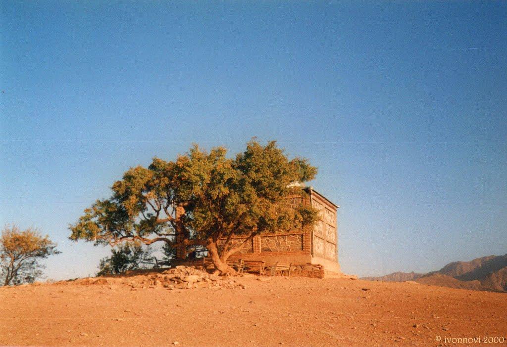 Hazrati Doud pilgrimage site. Tiny mosque on hilltop / Jaskinia wielebnego Dawida Hazrati Daud, meczet na górze, Ингичка