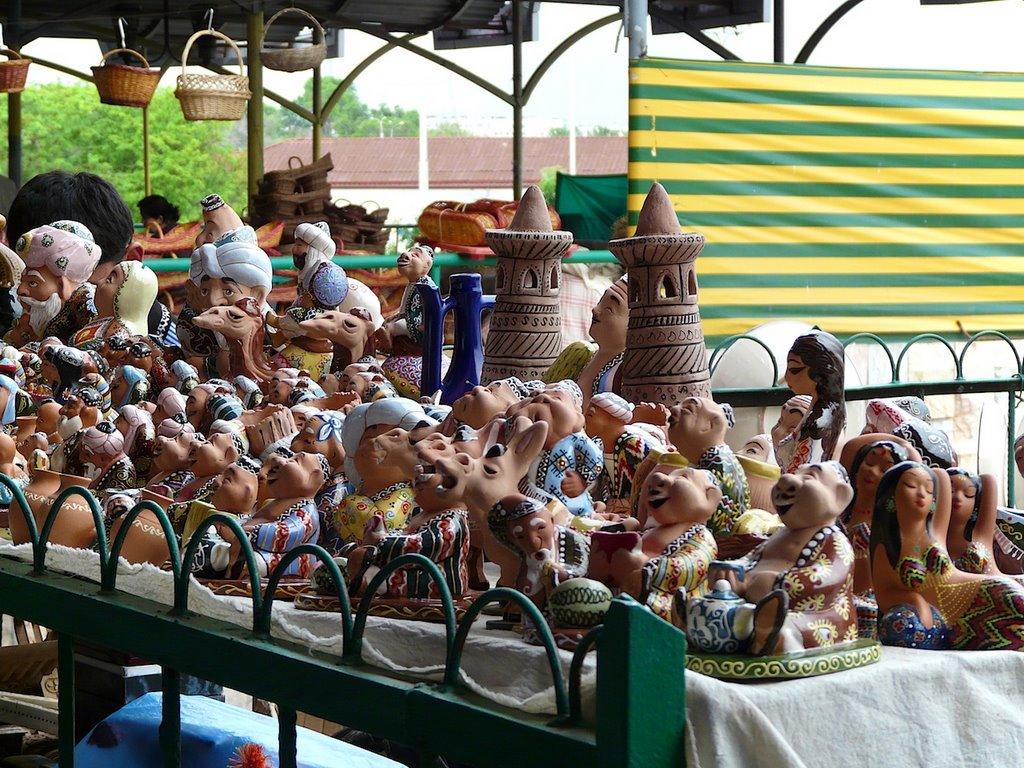 Tachkent :  Bazar Tchorsou, figurines humoristiques ouzbèkes en argile, Келес