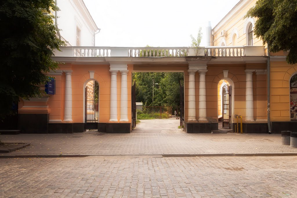 Декоративные пропилеи, нач. 1850 -х, ул. Октябрьская, 19-21, Полтава