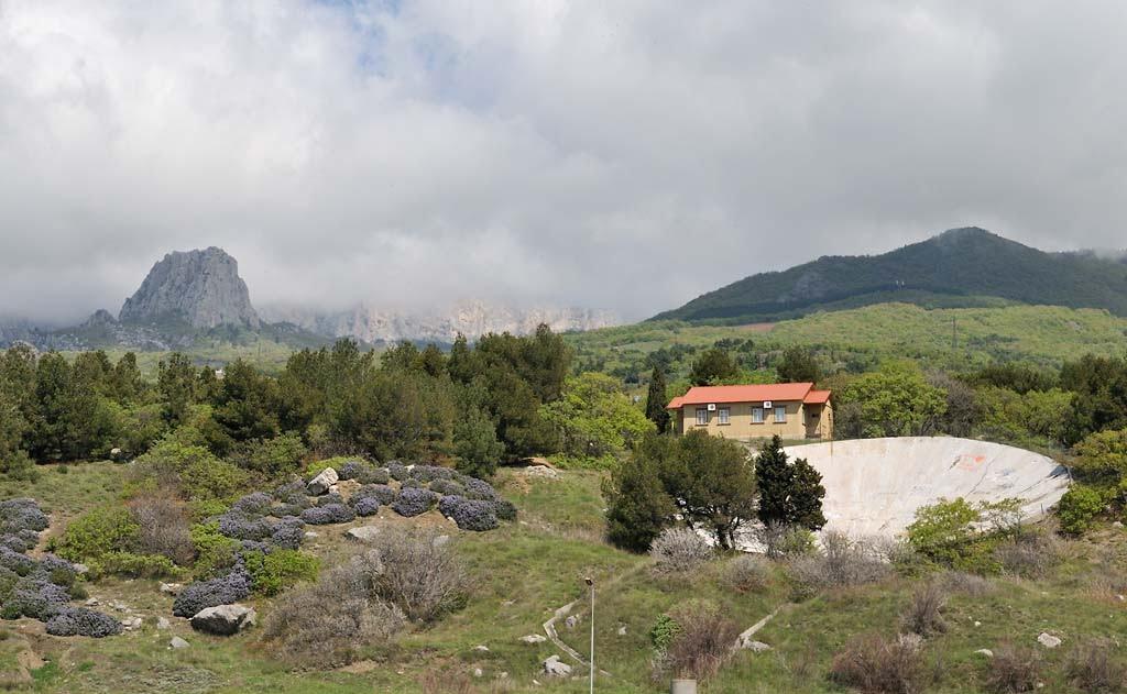 Кацивели, вид с моря на рефлектор лазерной обсерватории и скалу Партизанка, Понизовка